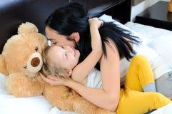 Barn i säng Royaltyfria Bilder