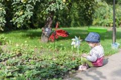 Barn i trädgård Arkivbild