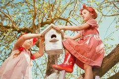 Barn i trädgård Royaltyfria Bilder