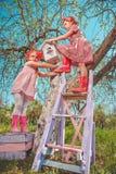 Barn i trädgård Arkivbilder