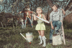 Barn i trädgård Royaltyfri Bild