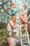 Barn i trädgård Arkivfoto