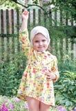 Barn i trädgården med blommor Royaltyfria Bilder