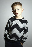 Barn i tröja barntrend pojke little sinnesrörelse Trendiga ungar Royaltyfri Fotografi