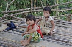 Barn i traditionell vietnamesisk by Arkivfoton