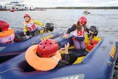 Barn i uppblåsbara fartyg på Powerboatloppet visar 2012 arkivfoto