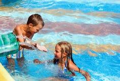 Barn i utomhus- pöl för sommar. royaltyfria foton