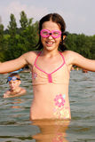 Barn i vatten Arkivbild