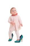 Barn in i vuxna skor arkivbild