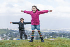 Barn i winden. Arkivfoto