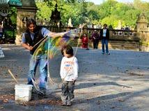 Barn inom en vattenballong Royaltyfri Bild