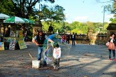 Barn inom en vattenballong Arkivbilder
