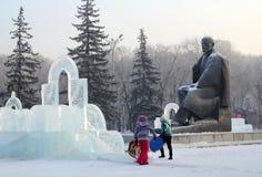 Barn, isliten stad och Lenins skulptur Arkivfoton