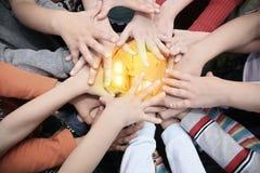 barn kombinerade händer har huset till tillsammans Royaltyfria Bilder