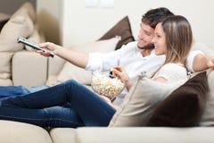 Couple som håller ögonen på en film Arkivbilder