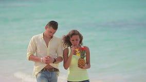 Barn kopplar ihop att gå på stranden arkivfilmer