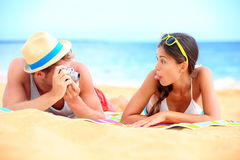 Barn kopplar ihop att ha gyckel på strand Royaltyfri Fotografi