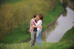 Barn kopplar ihop att kyssa Royaltyfria Foton
