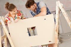 Barn kopplar ihop DIY royaltyfri fotografi