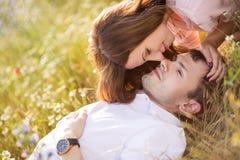 Barn kopplar ihop förälskat utomhus- Arkivfoton