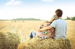 Barn kopplar ihop förälskat utomhus- royaltyfria foton