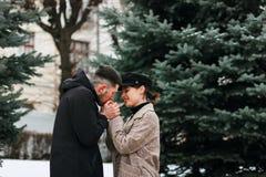 Barn kopplar ihop förälskat utomhus- Bedöva den sinnliga utomhus- ståenden av stilfulla par royaltyfria bilder