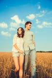Barn kopplar ihop förälskat utomhus- Bedöva den sinnliga utomhus- ståenden av ungt stilfullt mode koppla ihop att posera i sommar Arkivfoton