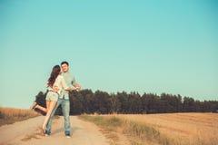 Barn kopplar ihop förälskat utomhus- krama för par Arkivfoton
