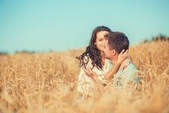 Barn kopplar ihop förälskat utomhus- krama för par Arkivbild