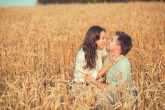 Barn kopplar ihop förälskat utomhus- krama för par Royaltyfri Fotografi