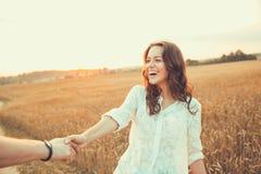 Barn kopplar ihop förälskat utomhus- krama för par Royaltyfria Bilder