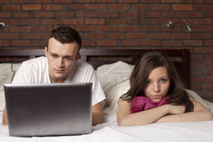 Barn kopplar ihop med bärbar dator. Ilsken kvinna Royaltyfria Foton