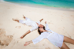 Barn kopplar ihop på strand Arkivfoton