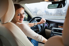 Barn kvinna som kör en bil Arkivfoton