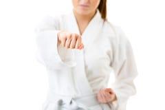 barn kvinna som utför karateflyttningar Royaltyfri Fotografi