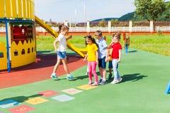Barn lär att hoppa hage i sommaren utomhus royaltyfri foto