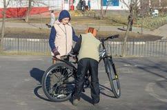 Barn lär att rida en cykel Royaltyfria Foton