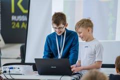 Barn lär hur man programmerar en robot på Skolkovo royaltyfri fotografi
