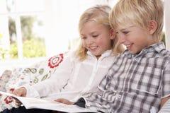 barn läste tillsammans två barn arkivbilder