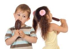 barn lagar mat med grädde is little två Royaltyfri Bild