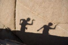 barn leka deras skugga Royaltyfri Foto