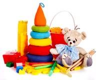 Barn leker med nallebjörnen. Fotografering för Bildbyråer