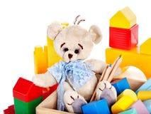 Barn leker med nallebjörnen och kuber. Royaltyfri Foto