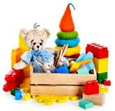 Barn leker med nallebjörnen och kuber. Arkivfoton