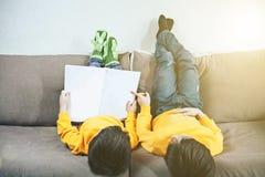 Barn ligger på soffan royaltyfria bilder