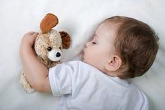 barn little som sovar Arkivfoton