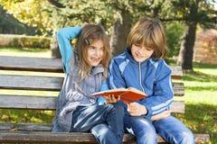 Barn lärer i natur Royaltyfria Bilder