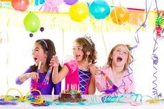 Barn lurar i födelsedagpartit som dansar lyckligt skratta Arkivfoto