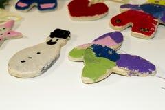 Barn målade julprydnader Arkivfoton