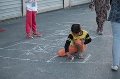 Barn målar en färgpenna Arkivbild